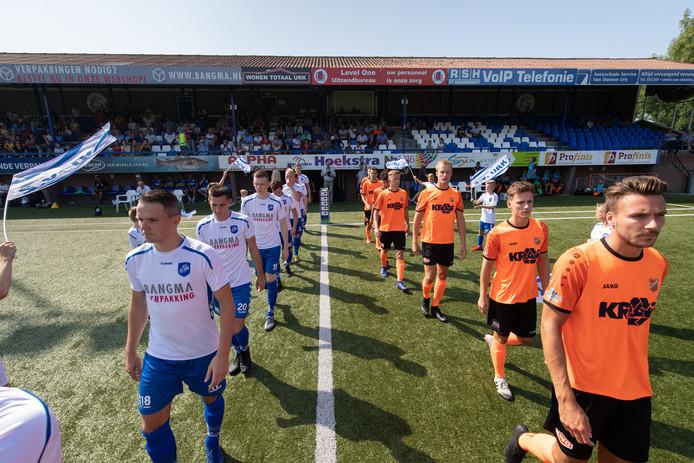 De ploegen van Urk en RKAV Volendam lopen het veld op voor de eerste onderlinge ontmoeting in competitieverband.