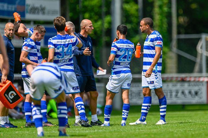 De Graafschap-trainer Reinier Robbemond spreekt zijn manschappen toe tijdens een drinkpauze in het oefenduel met Silvolde.