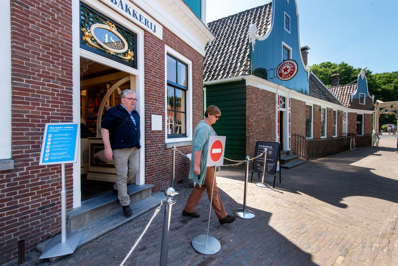 Een afzetting geeft de looproute aan bij de bakkerij in het openluchtmuseum in Arnhem.