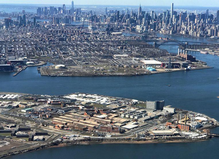 Op de voorgrond Rikers Island met de gevangenissen. Beeld REUTERS