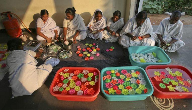 Hier in Hyderabad, in het zuiden van India, worden de (geurende) drijvende kaarsen gemaakt door vrouwelijke gevangenen.<br /> Beeld null