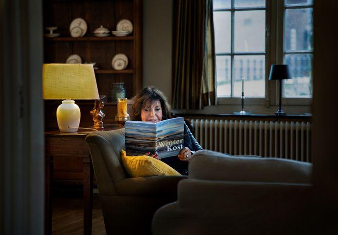 Madelon Spoor met haar doe-boek Winterkost.