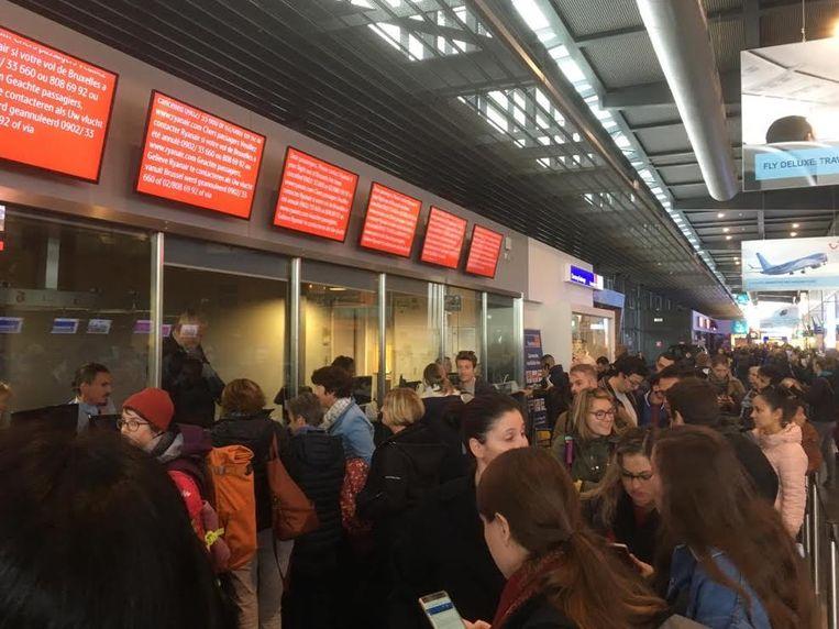 Honderden Ryanair-passagiers repten zich vanmorgen tevergeefs naar Charleroi Airport. Beeld Caro Vorstenbosch