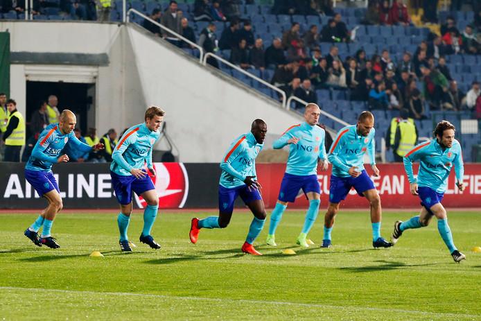 Oranje-debutant Matthijs de Ligt doet zijn warming-up in het Vassil Levski National Stadion.
