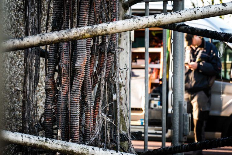 De bekabeling van een zendmast voor mobiele netwerken in Nuenen is zwaar beschadigd geraakt brand. De politie gaat uit van brandstichting.  Beeld ANP