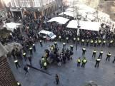 Voorstanders Zwarte Piet bekogelen demonstranten met eieren in Eindhoven