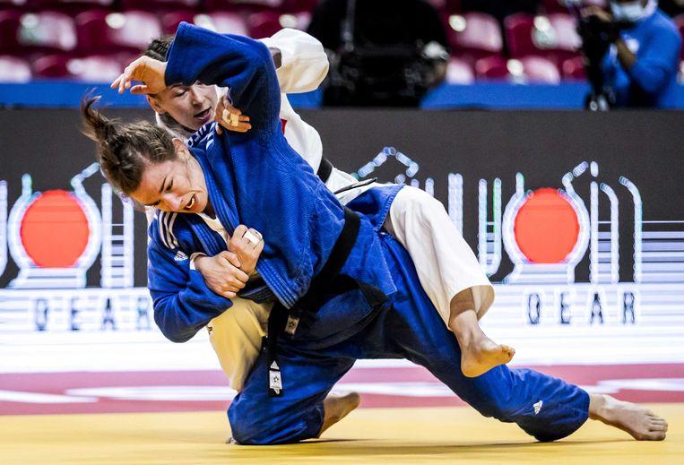 Sanne Verhagen (blauw) in actie tegen Daria Mezhetskaia uit Rusland. Beeld ANP
