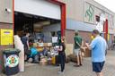 Bij het inleverpunt van kringloopwinkel Noggus & Noggus in Dalfsen is het druk. Dat komt onder meer door de actie rond het inleveren van blikjes. Per stuk wordt 15 cent uitgekeerd.