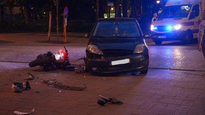 Motorrijder zwaargewond na klap tegen auto