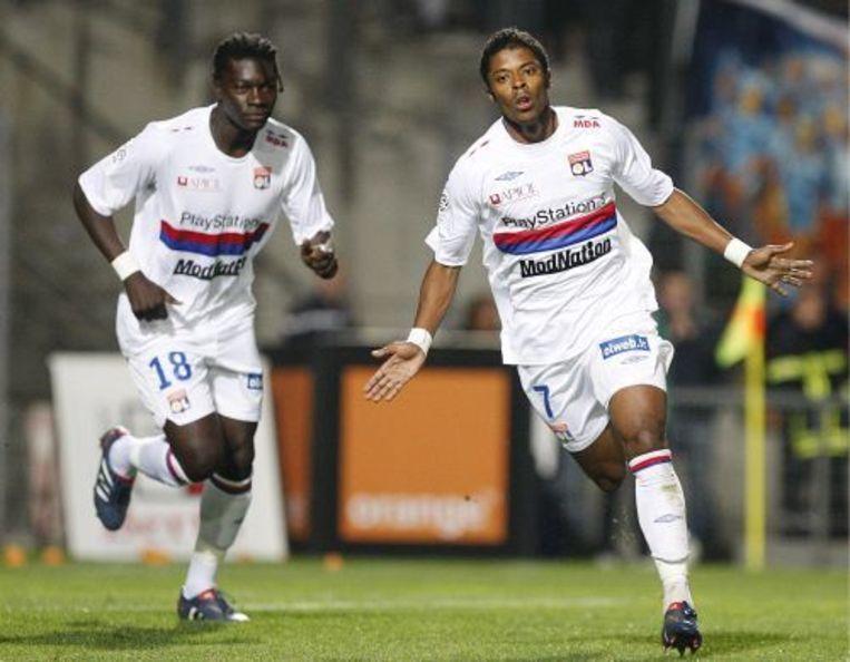Michel Fernandes Bastos (R) en Bafetimbi Gomis (L) van Olympique Lyon (archief 02-05-2010). ANP Beeld