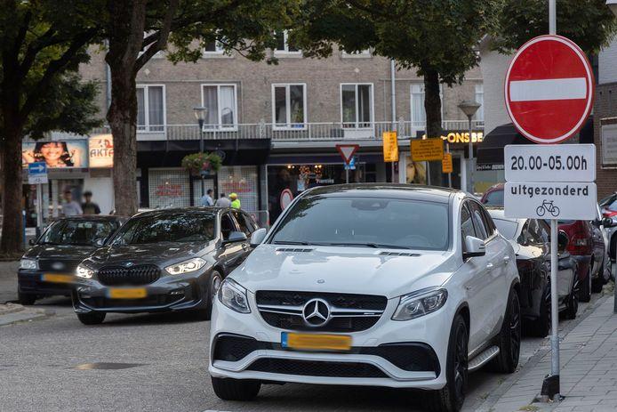 Het besluit om de drukke Eindhovense Kruisstraat in de avonduren af te sluiten voor auto- en motorverkeer is onzorgvuldig voorbereid en overhaast genomen.