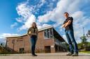 Thomas Goudsmits en Pauline Verhoeven, actief lid van Scouting Oisterwijk, poseren bij wat hun nieuwe clubgebouw gaat worden: de voormalige accommodatie van RKSV Oisterwijk.
