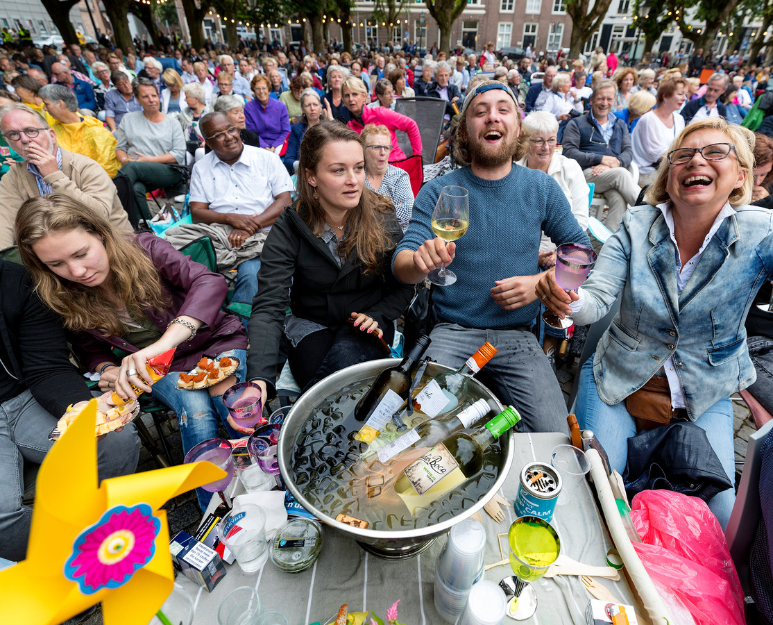 Sommige bezoeker van de Opera op de Parade zorgen zelf voor (een gedeelte) van de catering.
