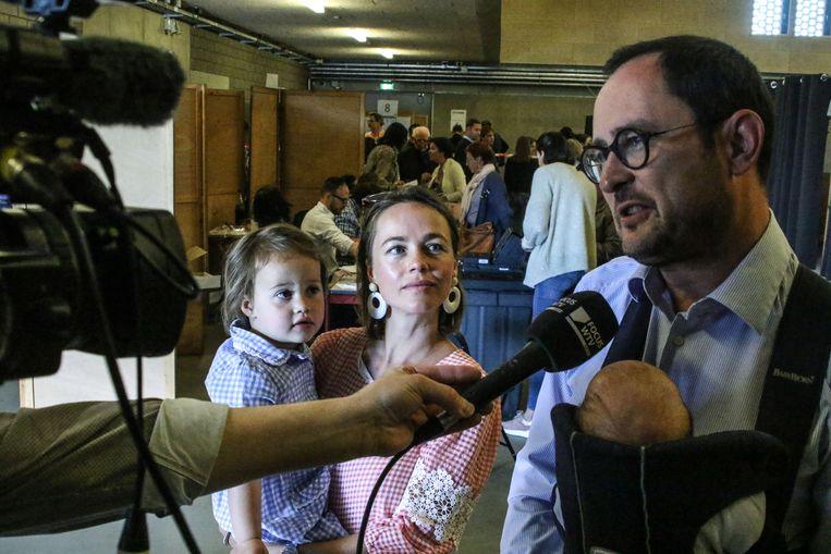 Van Quickenborne wordt geïnterviewd door WTV, Bo en Anouk kijken toe.