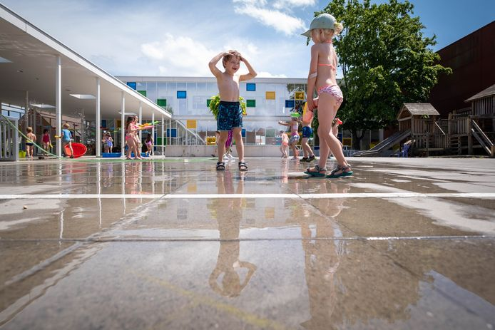 MUIZEN De kleuters van basisschool De Bel spelen waterspelletjes