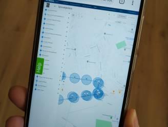 Bromfietser laat zich afleiden door smartphone en botst