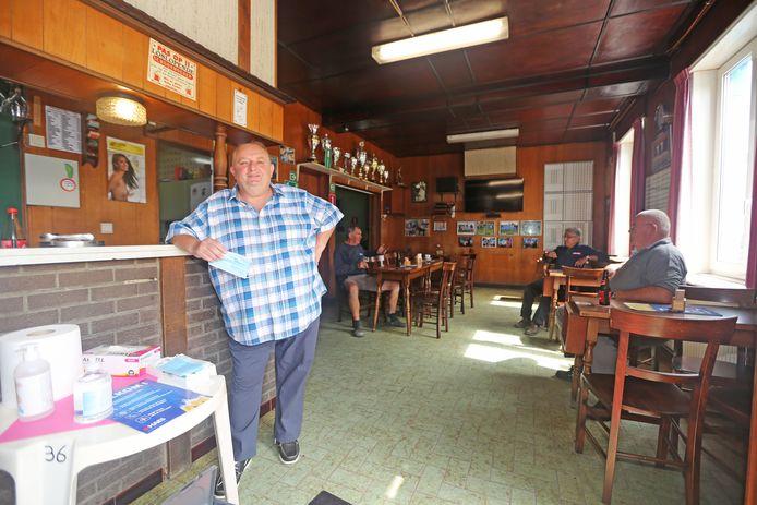 In het café moet iedereen aan een tafeltje zitten. Aan de ingang installeerde Bizon ook een standje met ontsmettingsproduct.