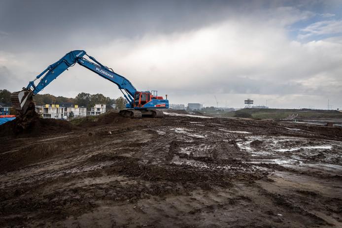 De gemeente Eindhoven laat de geluidswal bij de Kennedylaan/A50, ter hoogte van Blixembosch, verplaatsen, dichter naar de weg (rechts). Zo komt er plaats voor 180 nieuwe woningen. Links wordt nog gebouwd aan het plan De Velden.