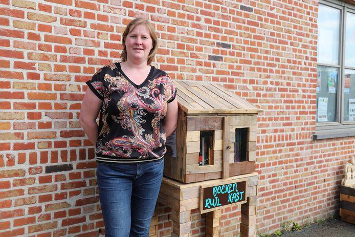 An bouwt samen met haar man de eerste boekenruilkast in Gooik.