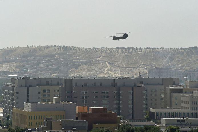 15 augustus 2021: Amerikaanse helikopters vliegen af en aan tussen de Amerikaanse ambassade in Kaboel en de luchthaven om mensen te evacueren.