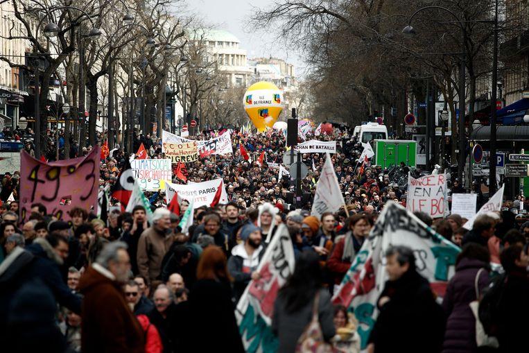 Een demonstratie in Parijs tegen de geplande pensioenshervormingen. Beeld EPA