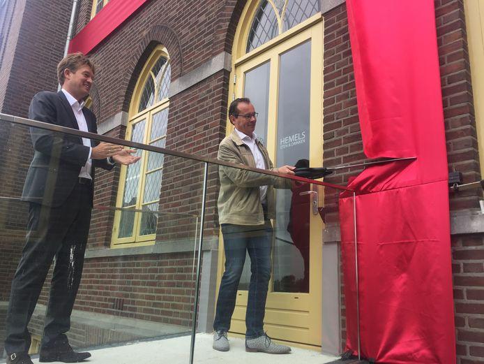 Wethouder Mario Jacobs knipt een groot lint door, waarbij Heijmans-directeur Harwil de Jonge toekijkt