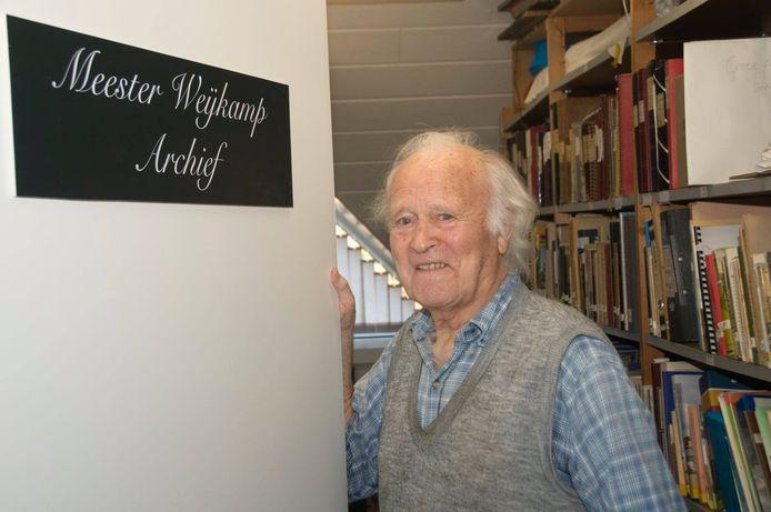 Voormalig schoolmeester August Weijkamp heeft zijn hele foto- en krantenarchief overgedragen aan de Stichting Marke Haarle en als dank draagt de archiefruimte nu zijn naam.