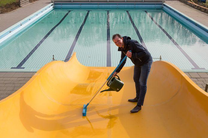 Rutger ter Laak poetst nog even de glijbaan van zwembad de Tippe dat over twee weken opengaat.