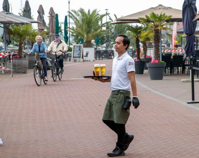 Bedienend personeel wordt op de boulevard regelmatig bijna van de sokken gereden door fietsers.