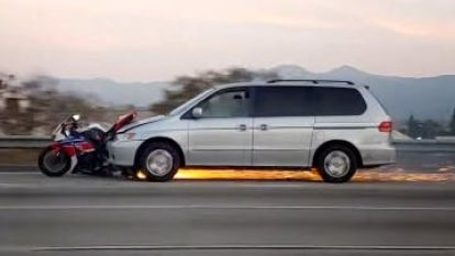 Hallucinante beelden: bestuurder pleegt vluchtmisdrijf met motor van slachtoffer nog onder bumper