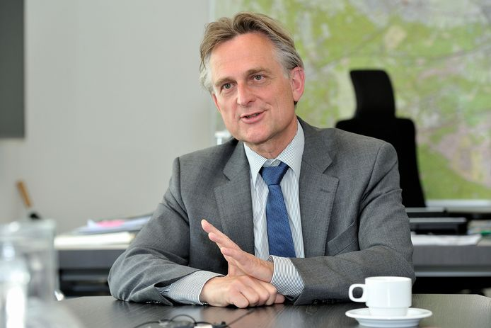 Doordat onder andere burgemeester Rob Metz zijn koffie thuis drinkt, bespaarde Soest 45.000 euro aan koffie en toiletgebruik op het gemeentehuis.