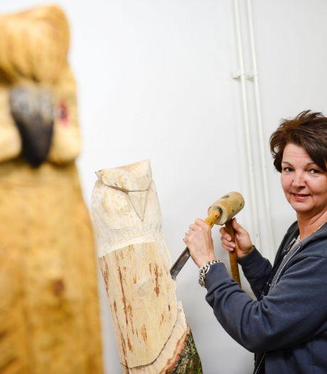 Ingrid weet wel raad met boomstronken: 'Ik begon met kabouters en nu maak ik ook uilen'