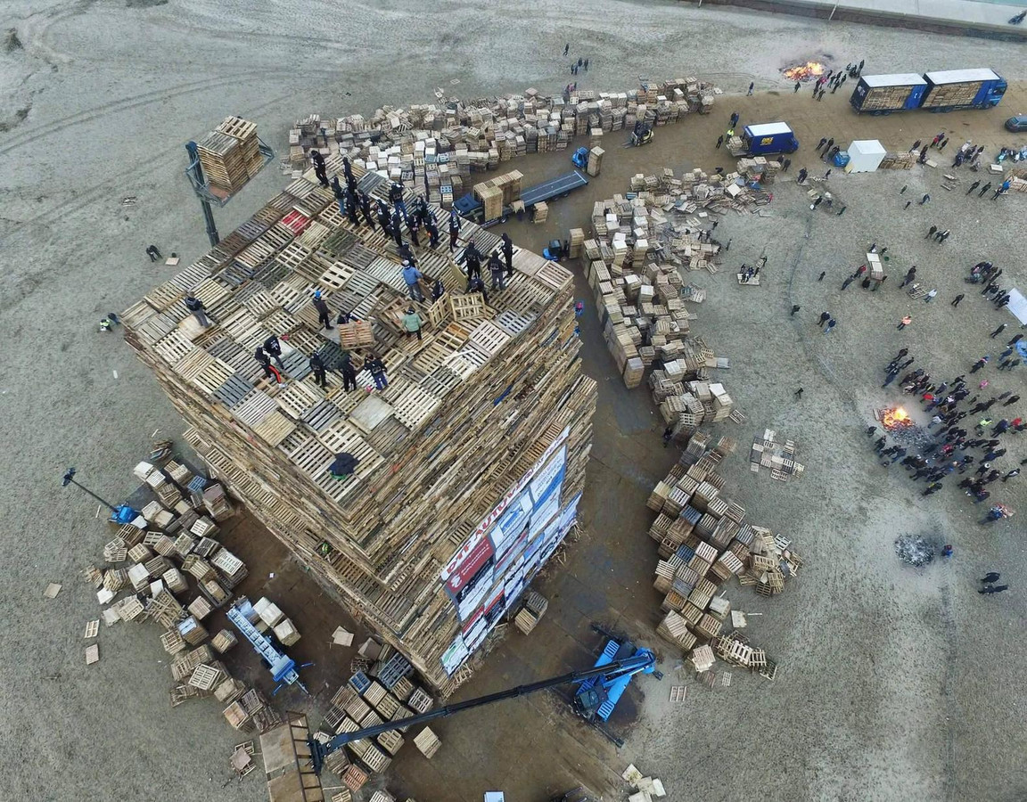 Gisteravond werd er besloten niet langer verder te bouwen aan de Duindorpse paletstapel omdat het mistig en glad was.