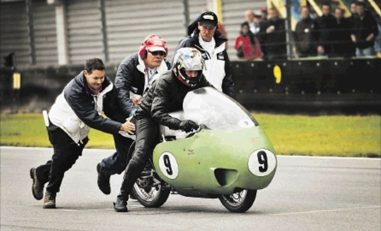 In het kader van de Centennials Classics in Assen waren er zaterdag klassieke motoren uit de jaren 1940 -1950 te bewonderen. Op de foto wordt een Moto Guzzi door baanofficials aangeduwd. (FOTO ERIK VAN 'T WOUT, ANP) Beeld ANP