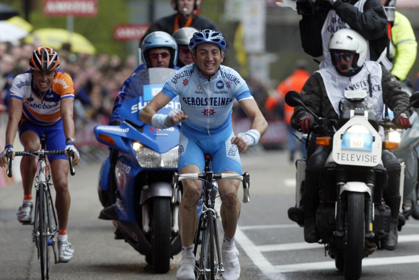 Davide Rebelling met in Michael Boogerd in zijn wiel, op de Cauberg tijdens de Amstel Gold Race van 2004.