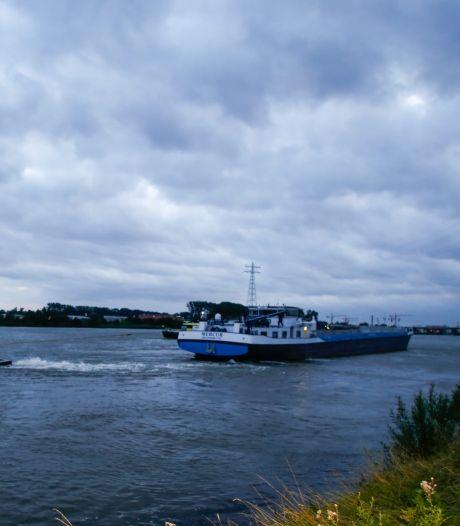 Schip strandt op Beneden Merwede en moet losgetrokken worden