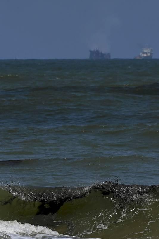 Du pétrole flotte près de la plage de Sarakkuwa, juste au nord de la capitale Colombo, le 2 juin 2021.