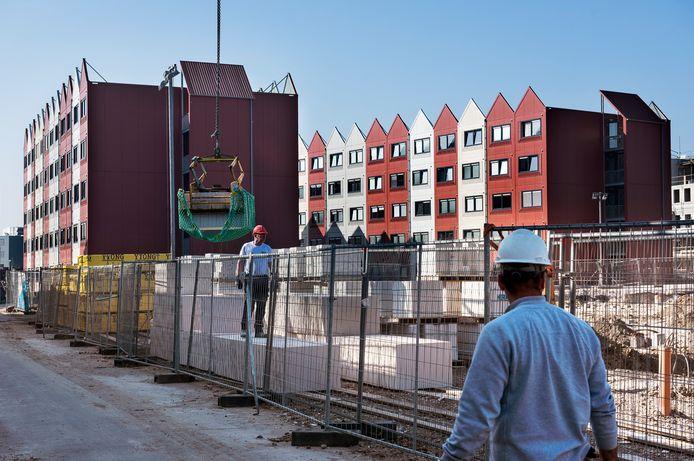 De tijdelijke woningen van Place2BU zijn omringd door bouwprojecten.