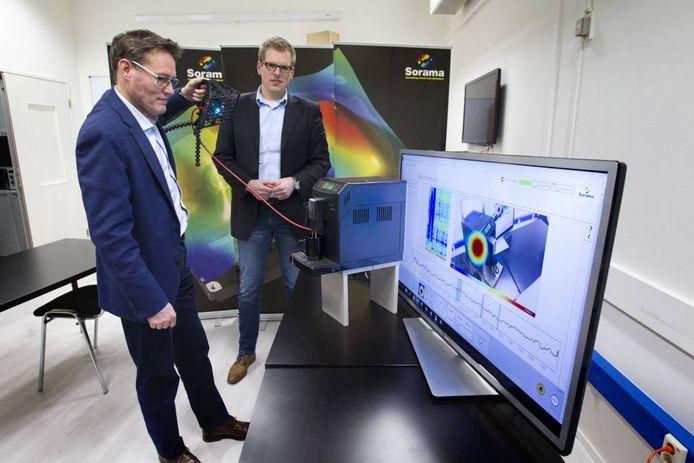 Topman Rick Scholte en verkoopdirecteur Ton van Oort met een geluidscamera. foto Kees Martens
