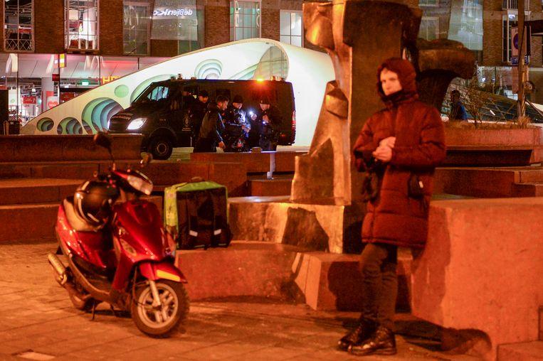De politie in Eindhoven controleert burgers rondom de avondklok, eerder deze week. Er is veel Mobiele Eenheid op straat naar aanleiding van de rellen. Beeld BSR Agency
