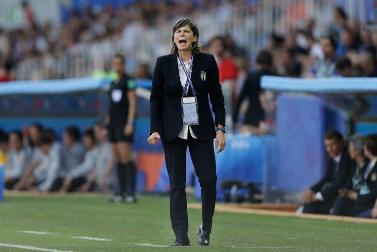De Italiaanse bondscoach Milena Bertolini geeft aanwijzingen vanaf de zijlijn tijdens Italië – China. Beeld AP