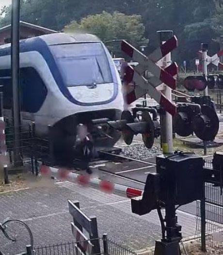 Un drame évité de peu: une piétonne à deux doigts de se faire percuter par un train sur un passage à niveau aux Pays-Bas
