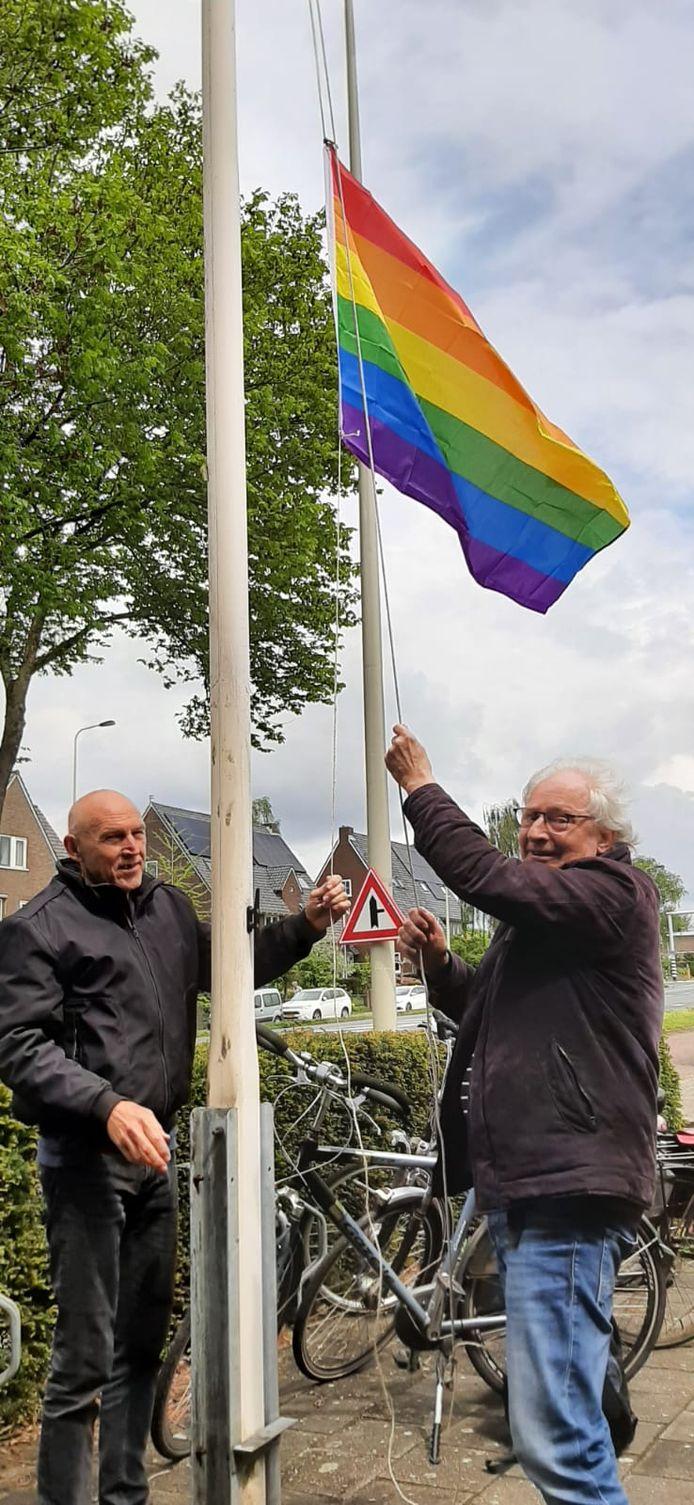 Een nieuwe regenboogvlag wordt gehesen.