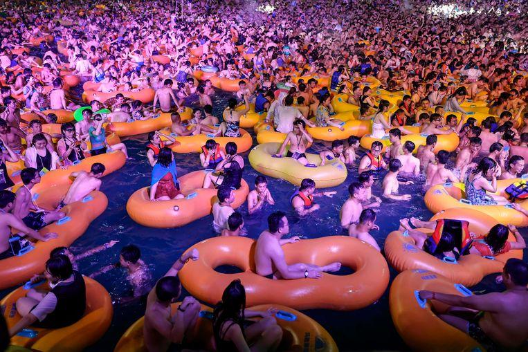 Augustus 2020 in Wuhan: alles is weer bij het oude, het zwembad is bomvol. Beeld AFP