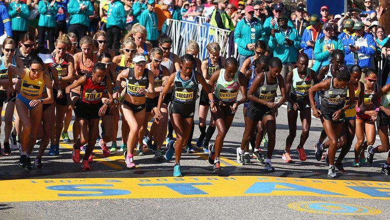Aan de marathon van Boston, de oudste stadsmarathon ter wereld, deden vorig jaar bijna net zo veel vrouwen mee als mannen. Beeld Getty Images