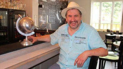 Globetrotter (50) brengt wereld naar café 'Lam Gods' op dorpsplein