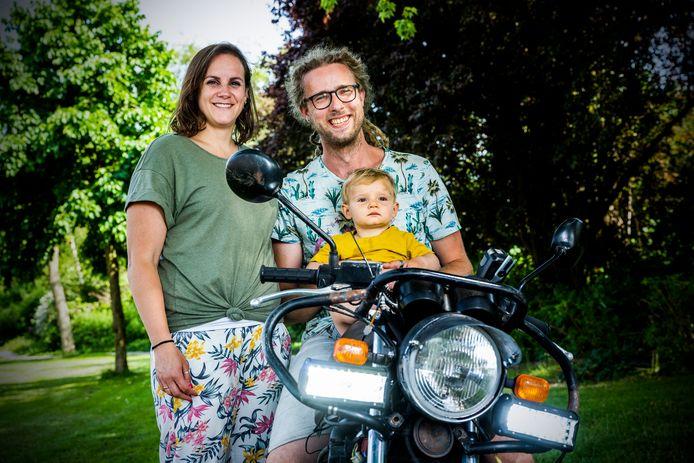 Giel en Anne van Leeuwen met zoontje Jorrit, die werd geboren met een ernstige hartafwijking. Na een operatie is hij nu gezond. Giel gaat op de motor geld inzamelen voor Stichting Hartekind.