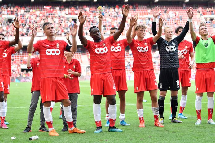 Spelers van Standard Luik vieren de overwinning.