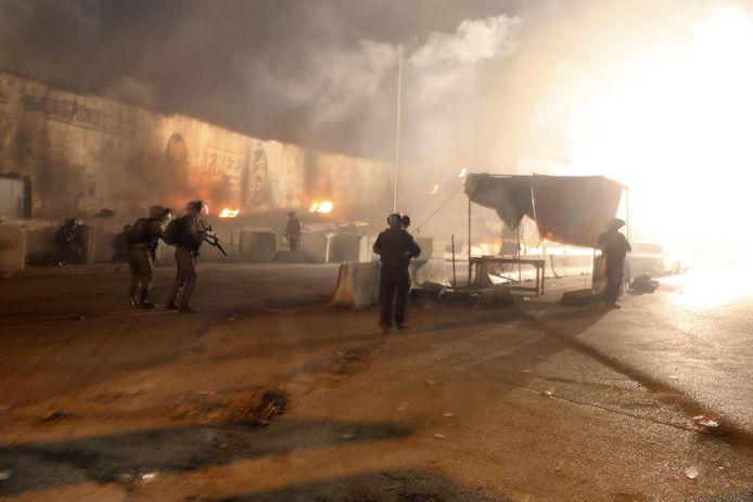 Israëlische soldaten gooien traangas naar Palestijnse demonstranten aan het checkpoint van Qalandiya tussen Ramallah en Jerusalem op de bezette Westelijke Jordaanoever.