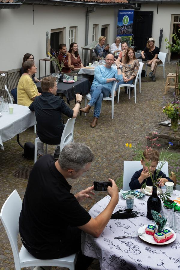 Bezoekers van de opening van het TIp in Sint-Oedenrode leggen een en ander zelf ook digitaal vast.